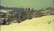 昭和44年(1969年)3月5日に、多摩ニュータウン開発を千葉県北総開発局白井用地事務所一行が視察した時に撮影されたもの。現在の多摩市役所の西側あたりから、西南西の方角の乞田川上流方向を写しており、遠景には丹沢山地の山並みが見える。