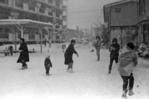 伊与田昌男撮影。気象庁の記録によると、昭和40年代は41~43年にかけて20センチ以上の降雪があった。当時、伊与田氏はひばりが丘団地に居住していて、団地の雪風景を撮影した。