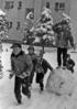 伊与田昌男撮影。ひばりが丘団地の子どもたちが、雪だるまをつくっている。この後、雪だるまの頭をつくったのだろうか。