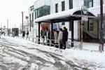 雪の日の福生駅東口のようすです。福生駅東口のロータリーは昭和59年に完成しました。