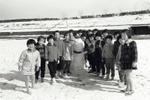 雪だるまを作って遊んでいる子どもたちの記念写真です。撮影場所は市営福生野球場です。