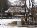 郷土博物館の敷地内に併設する古民家です。うっすらと雪化粧をしています。<br />