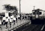箱根ヶ崎駅の通勤風景。昭和33年に蒸気機関車からディーゼル動車に変わった。写真は旧駅舎の下り(金子・高麗川)方面のプラットフォーム。